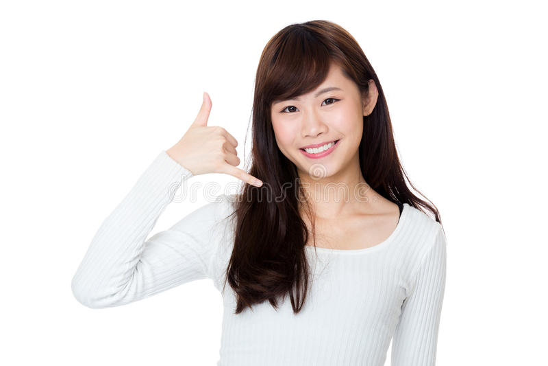 Mulher de Ásia que faz a uma chamada me gesto fotos de stock