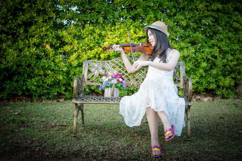 Mulher de Ásia que joga o violino fotos de stock royalty free