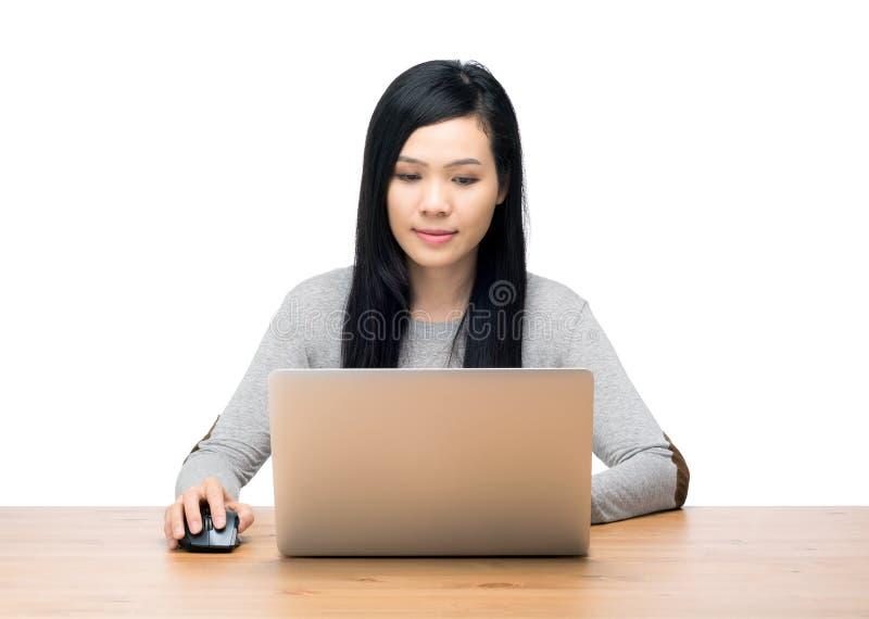 Mulher de Ásia que usa o computador foto de stock