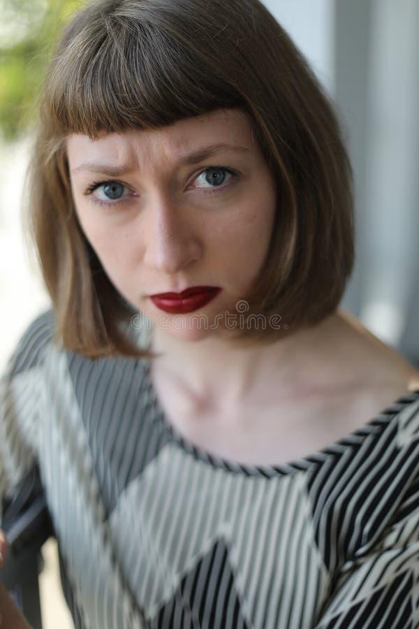 Mulher de Angy com olhos azuis e batom vermelho imagens de stock royalty free