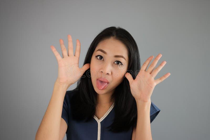 Mulher de arrelia engraçada do asiático da cara foto de stock royalty free
