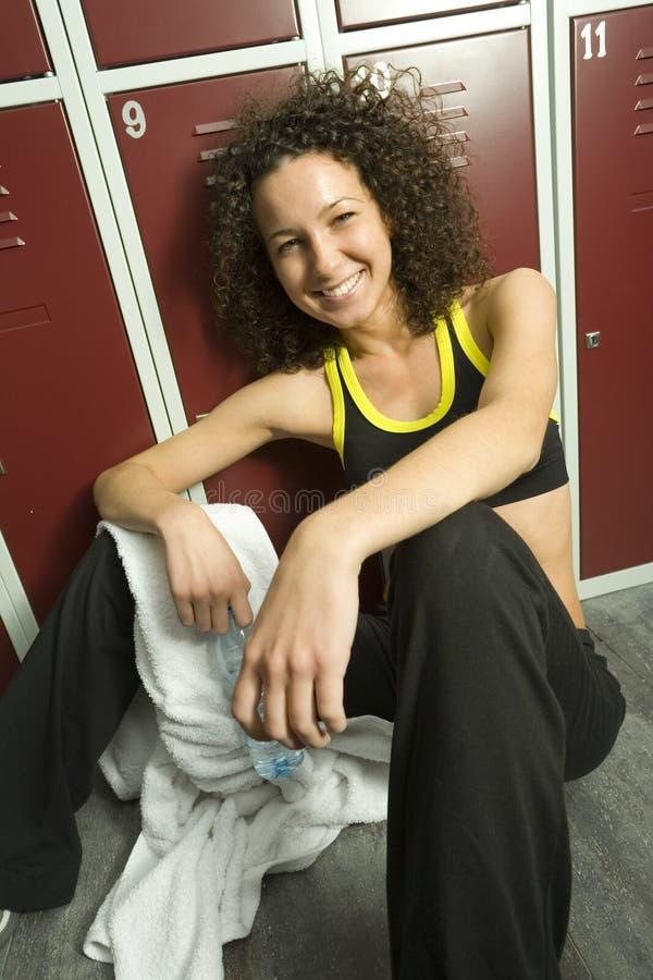 Mulher de assento com toalha foto de stock royalty free