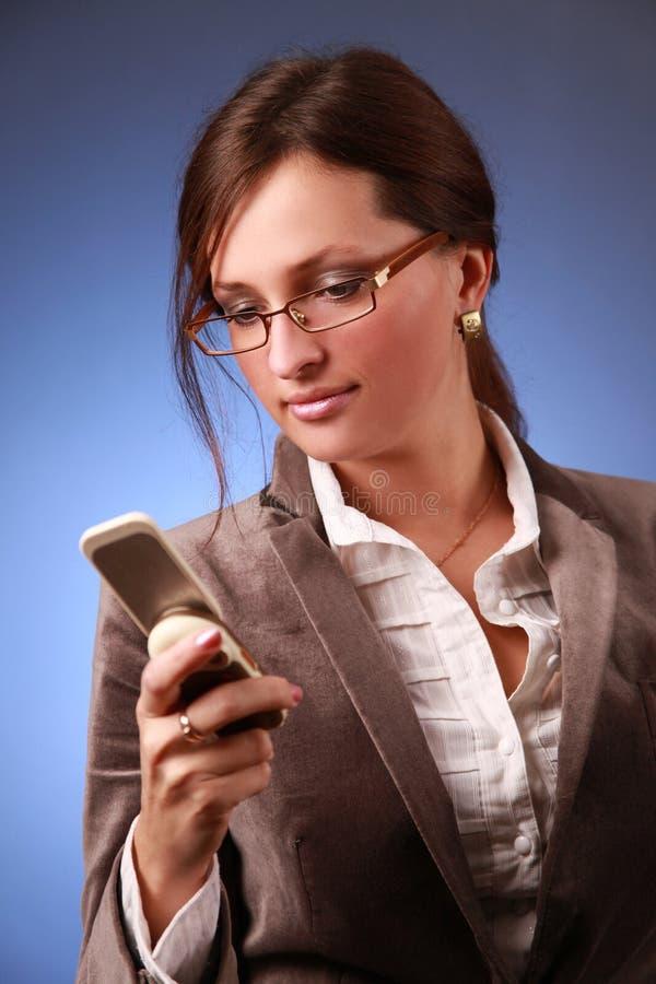 Mulher de Bussiness que chama o telefone fotos de stock