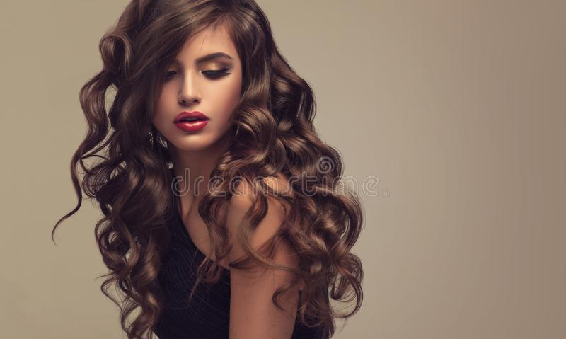 Mulher de cabelo de Brown com penteado volumoso, brilhante e encaracolado Cabelo frisado fotos de stock royalty free