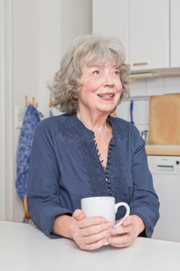 Mulher de cabelo cinzenta com caneca fotografia de stock