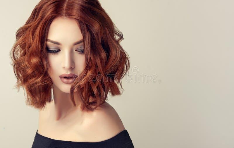 Mulher de cabelo marrom atrativa com penteado moderno, na moda e elegante foto de stock