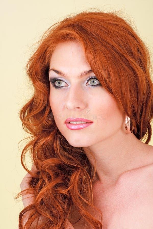 Mulher de cabelo vermelha bonita imagem de stock