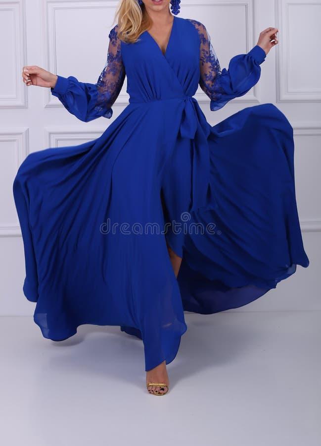 Mulher de cabelos compridos bonita no vestido azul fotografia de stock