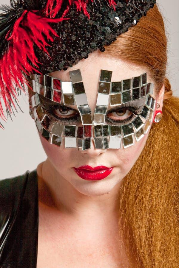 Mulher de cabelos compridos na máscara imagem de stock