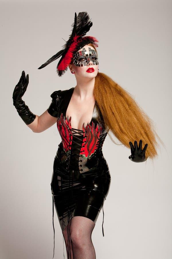 Mulher de cabelos compridos na máscara fotografia de stock