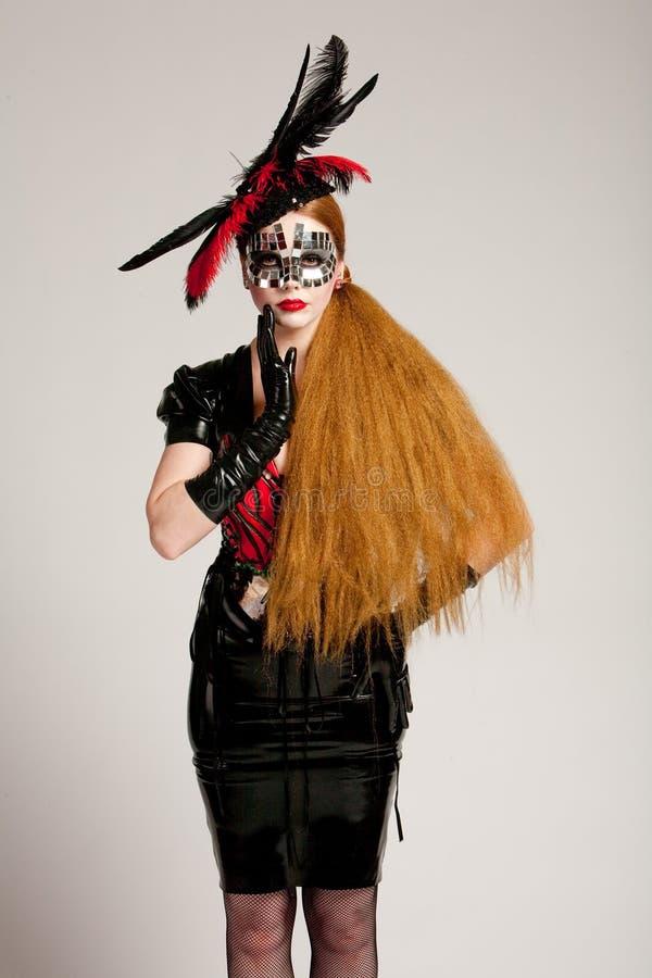 Mulher de cabelos compridos na máscara foto de stock royalty free