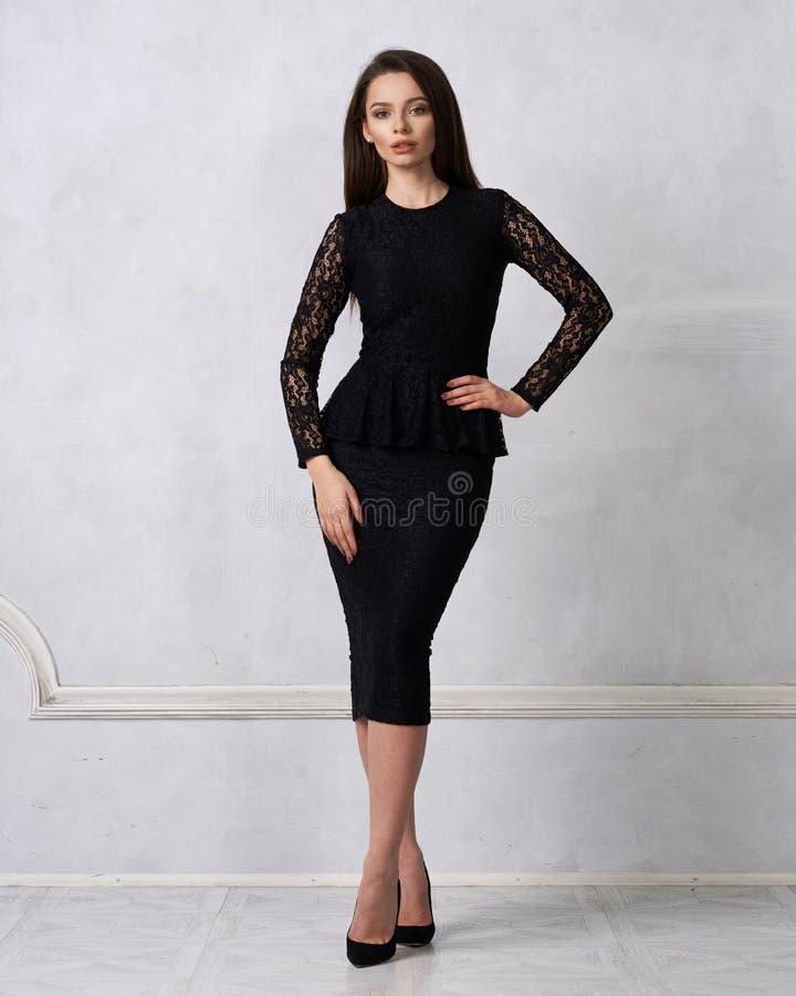 Mulher de cabelos compridos no vestido formal preto foto de stock royalty free