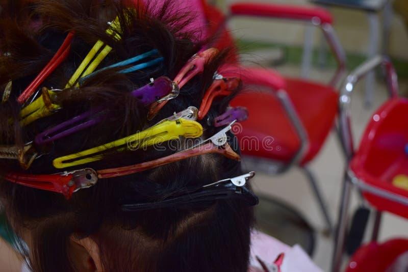 Mulher de cabelos curtos que espera um cabeleireiro fotografia de stock
