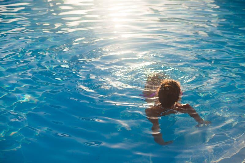 Mulher de cabelos longos em biquíni relaxando na praia de caribbean branco imagens de stock royalty free