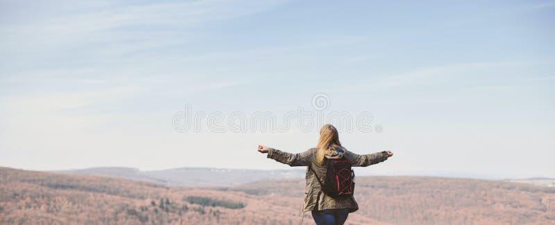 A mulher ? de caminhada e trekking a parte externa em um monte Conceito do turismo, das f?rias e da atividade da aptid?o foto de stock