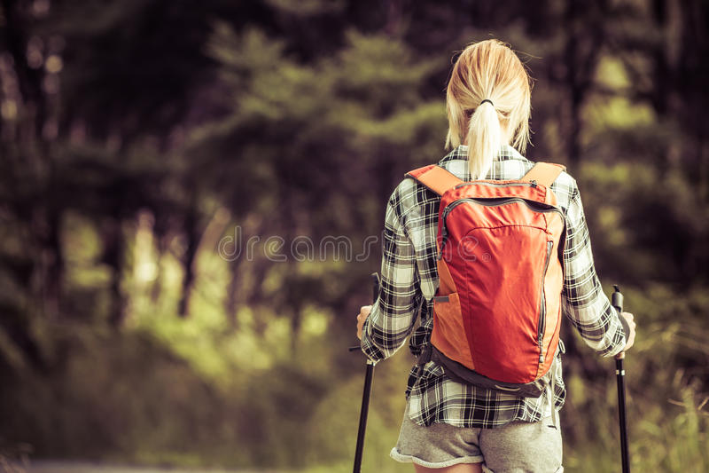 Mulher de caminhada loura fotografia de stock royalty free
