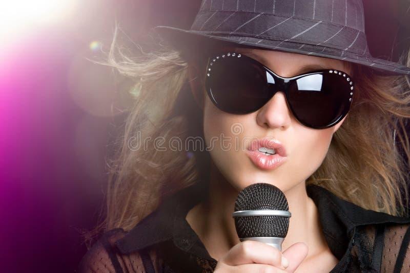 Mulher de canto do karaoke imagens de stock royalty free