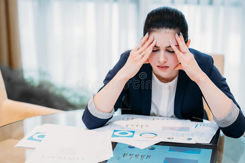 Mulher de carreira do negócio da fadiga da dor de cabeça do esforço imagem de stock royalty free