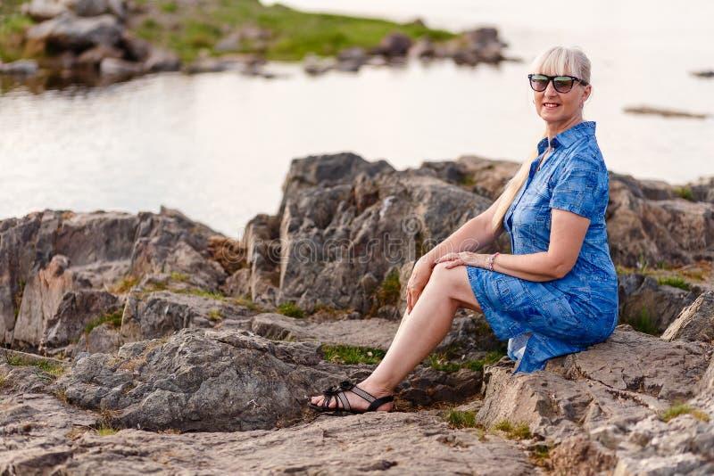 Mulher de cinquenta anos perto do rio imagem de stock royalty free