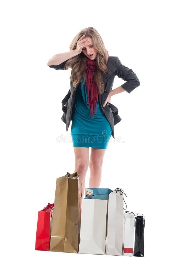 Mulher de compra incomodada e preocupada foto de stock
