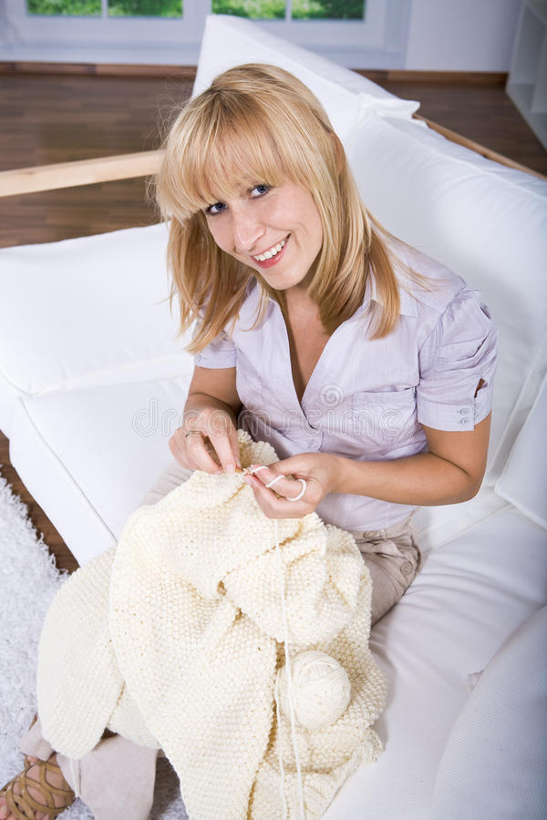 Download Mulher De Confecção De Malhas Foto de Stock - Imagem de fêmea, pessoa: 16854292