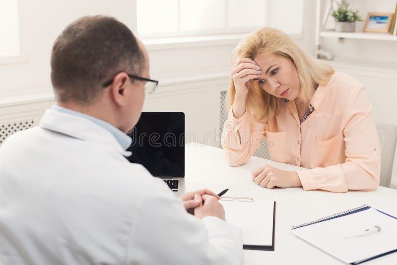 Mulher de consulta do doutor no hospital imagens de stock