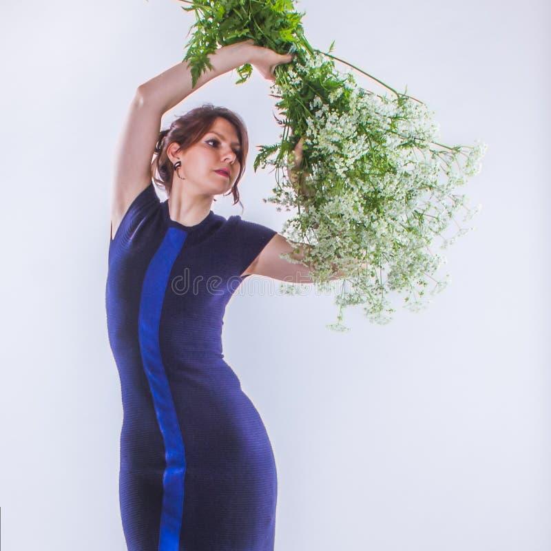 Mulher de contrato sensual nova com o ramalhete grande das flores brancas mim fotos de stock royalty free