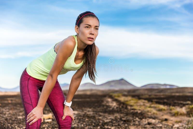 Mulher de corrida cansado da fuga do foco e da determinação fotos de stock royalty free