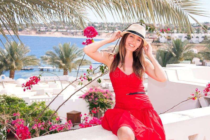 A mulher de descanso está no terraço com vista no mar imagens de stock royalty free
