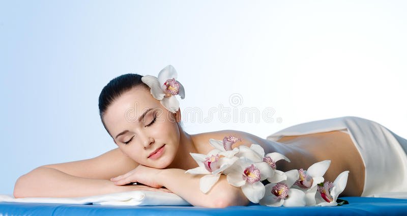 Mulher de descanso no salão de beleza dos termas imagens de stock royalty free