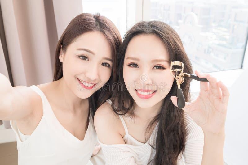 Mulher de duas belezas na sala imagem de stock royalty free
