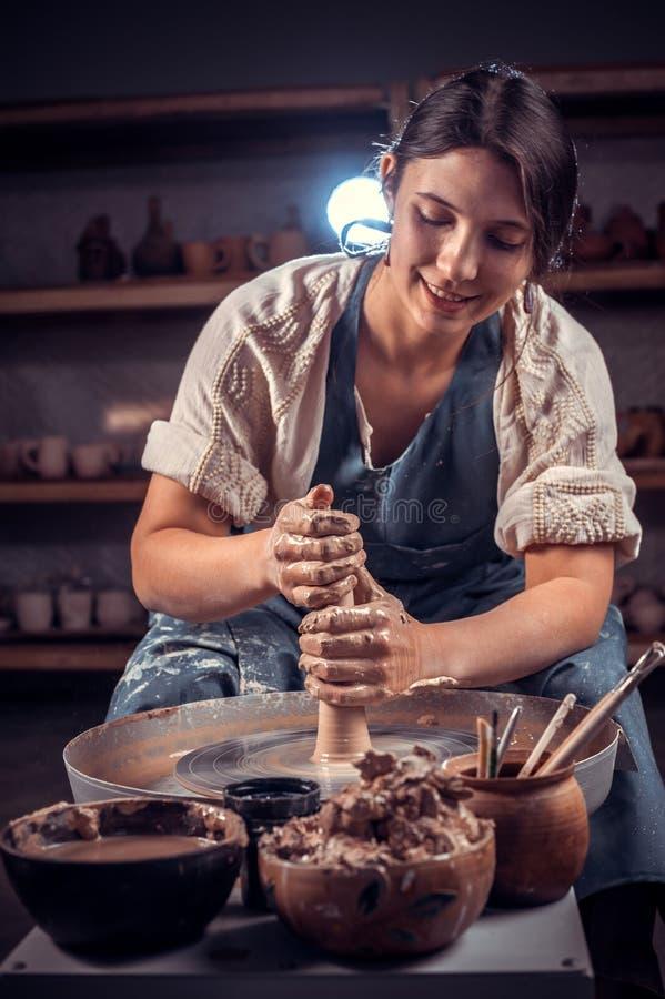 Mulher de encantamento do artesão que trabalha com cerâmica na oficina cerâmica handcraft imagens de stock royalty free
