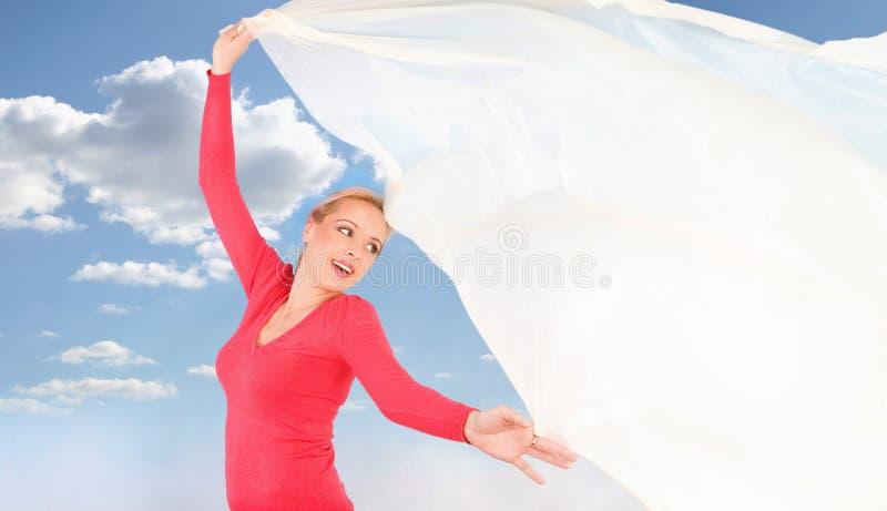 Mulher de encontro ao céu azul imagens de stock royalty free