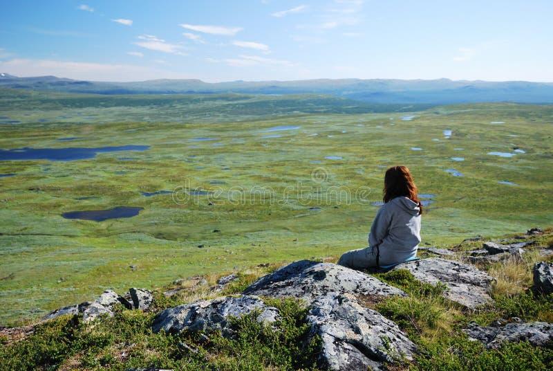 Mulher de encontro ao tableland com muitos lagos. fotografia de stock