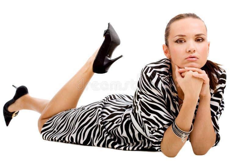Mulher de encontro no vestido da zebra foto de stock