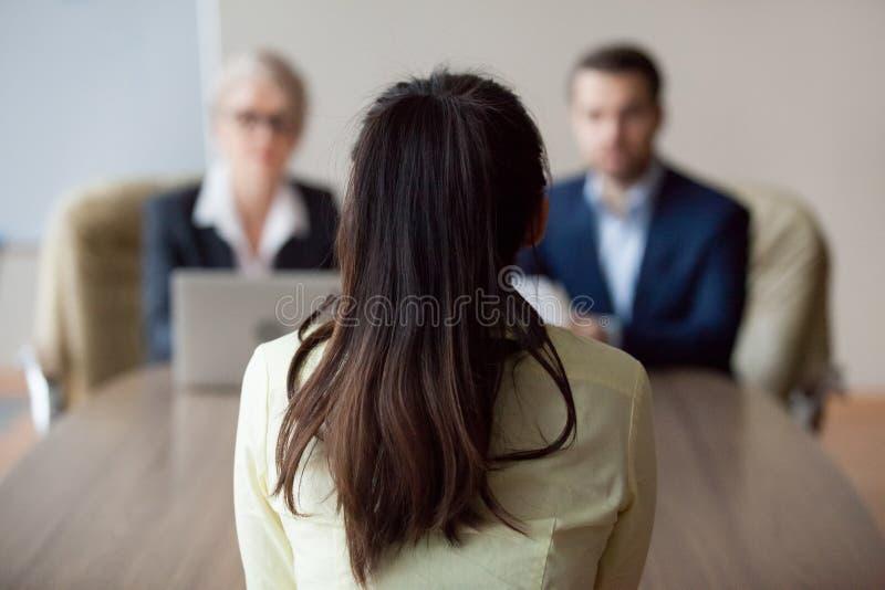 Mulher de entrevista da mulher de negócios e do gerente da hora do homem de negócios foto de stock royalty free