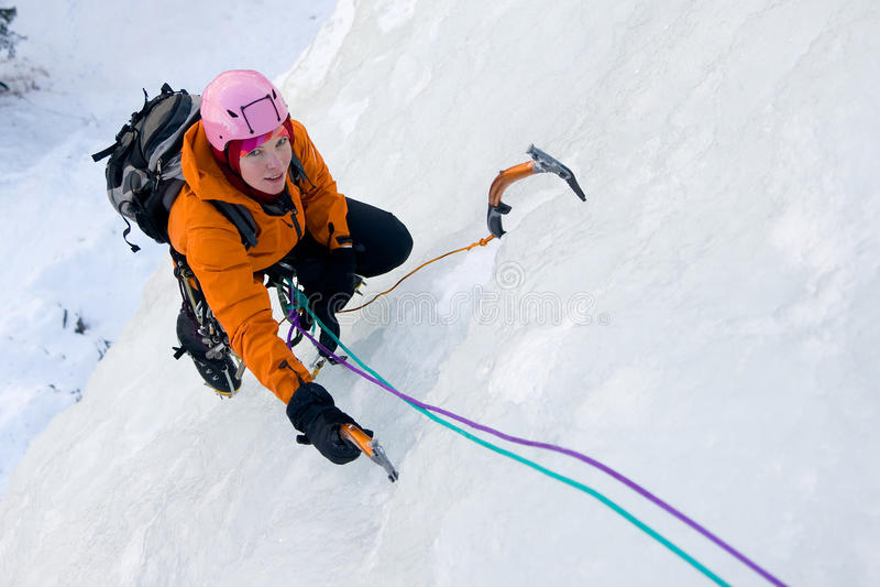 Mulher de escalada do gelo foto de stock royalty free