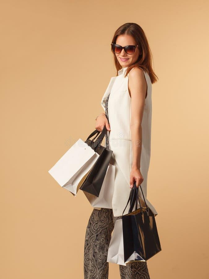 Mulher de Fahionable com sacos de compras imagens de stock