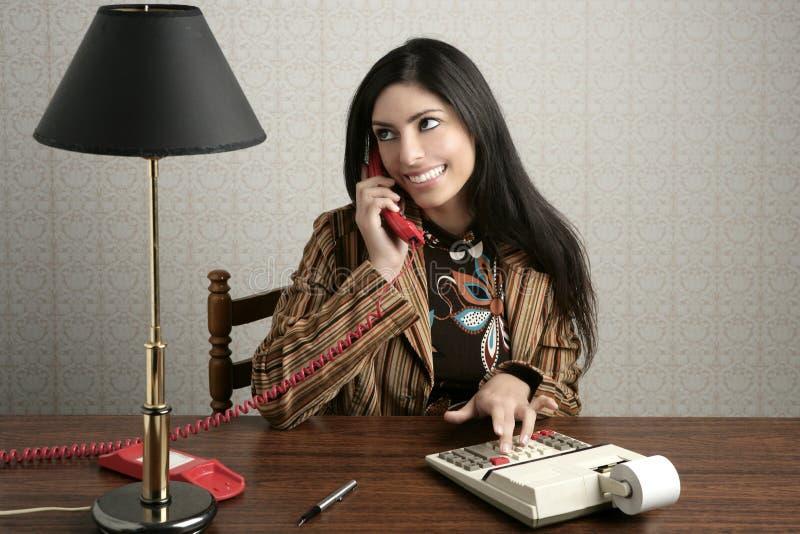 Mulher de fala retro do telefone de secretária do contabilista fotos de stock royalty free