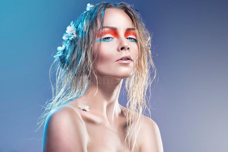 Mulher de Fasion com composição e penteado profissionais imagens de stock royalty free