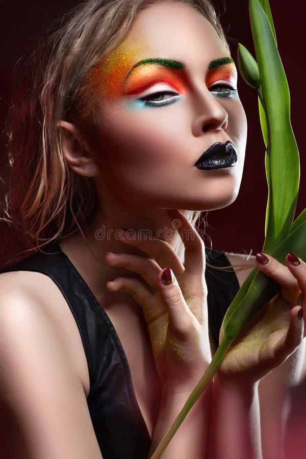 Mulher de Fasion com composição e penteado profissionais fotografia de stock royalty free