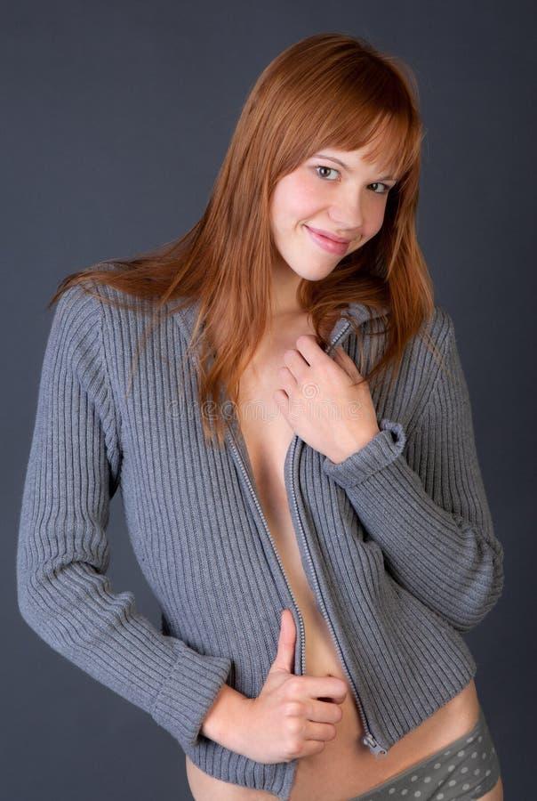 Mulher de Flirty na camisola aberta fotografia de stock