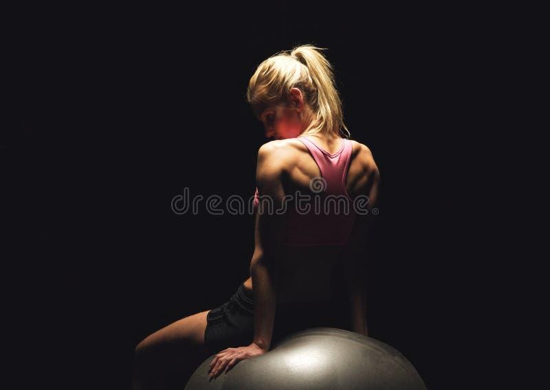 Mulher de Ftness após o exercício no fundo preto fotos de stock royalty free