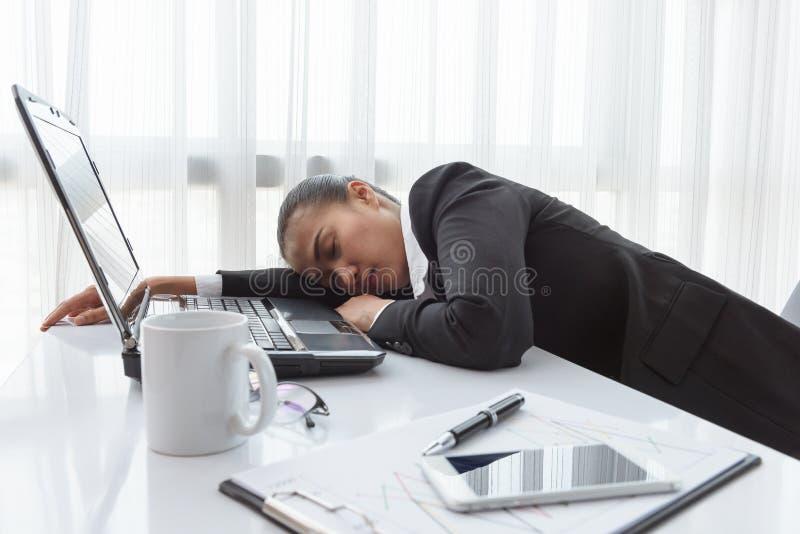 Mulher de funcionamento dura com arquivos do escritório fotografia de stock