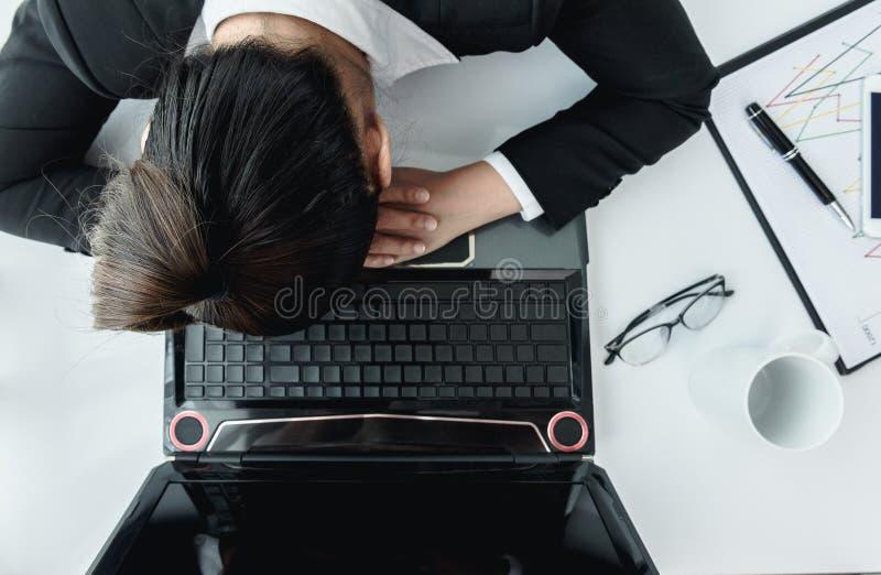 Mulher de funcionamento dura com arquivos do escritório foto de stock
