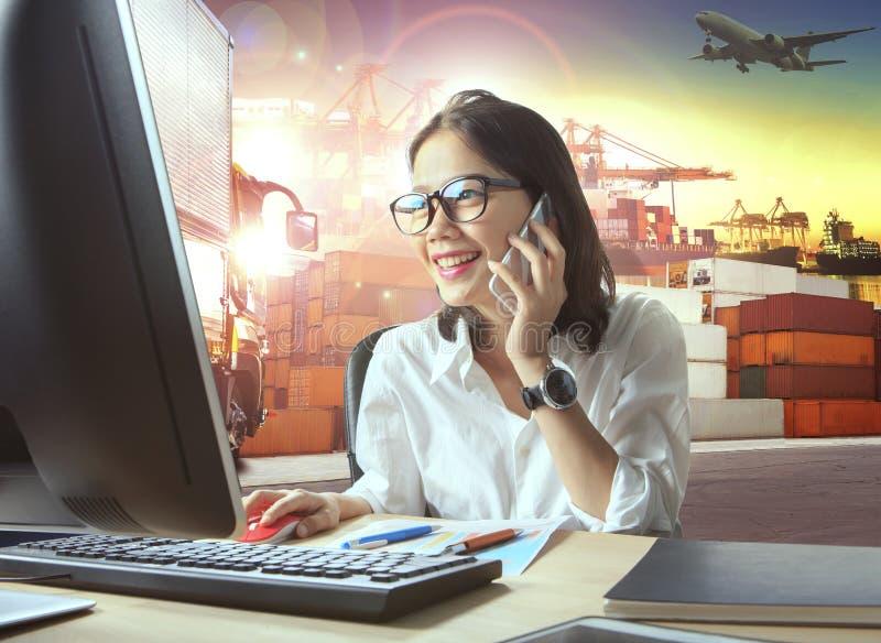 Mulher de funcionamento profissional e negócio logístico da indústria fotos de stock royalty free