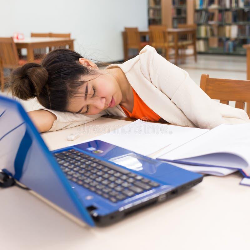 Mulher de funcionamento que dorme em uma tabela fotografia de stock royalty free