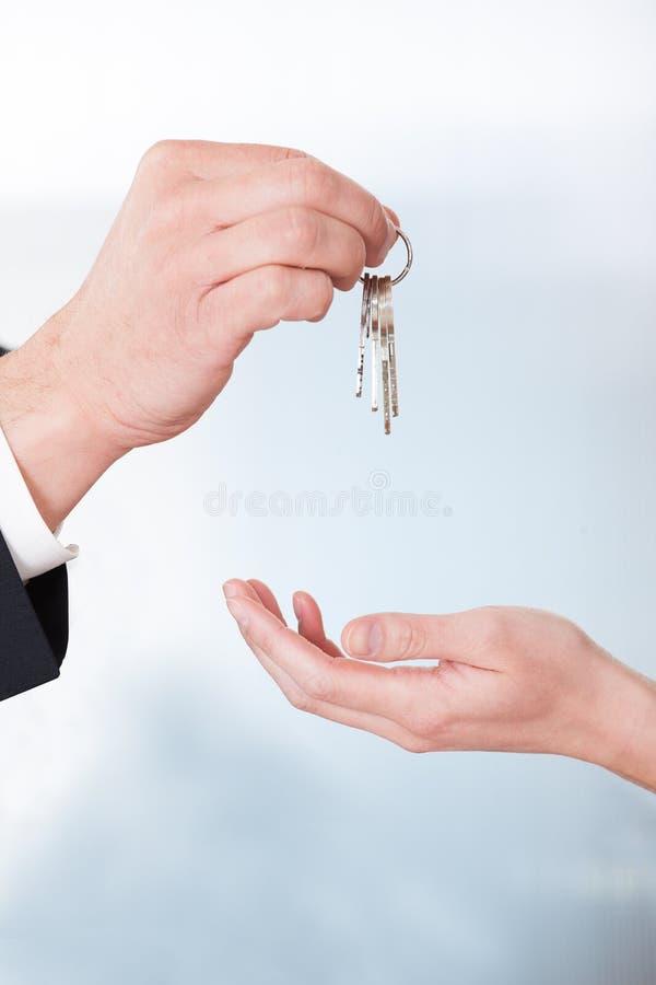 Mulher de Giving Keys To do consultante imagens de stock