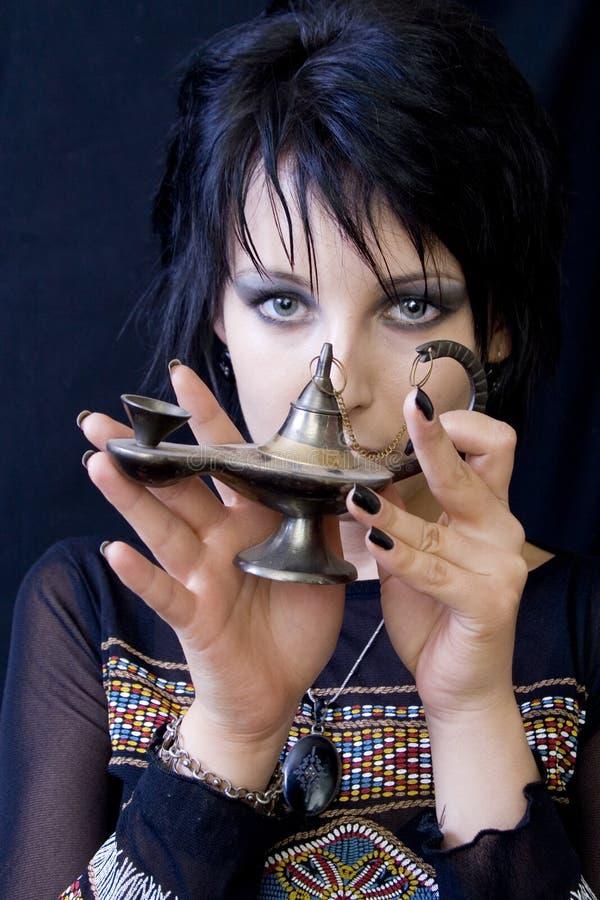 Mulher de Goth com lâmpada de Aladdin foto de stock