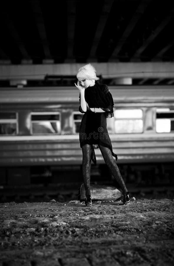 Mulher de Goth na zona industrial fotografia de stock